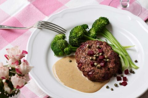 Beef burgers with cream sauce and broccoli