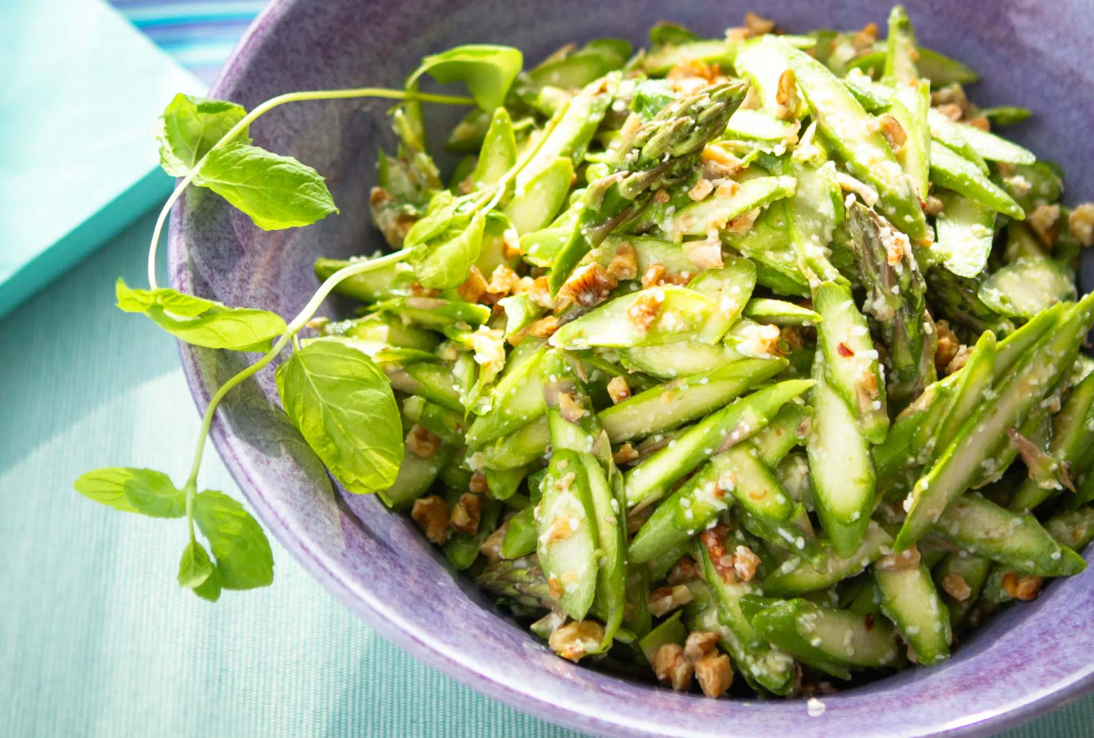 Low-carb asparagus salad with walnuts